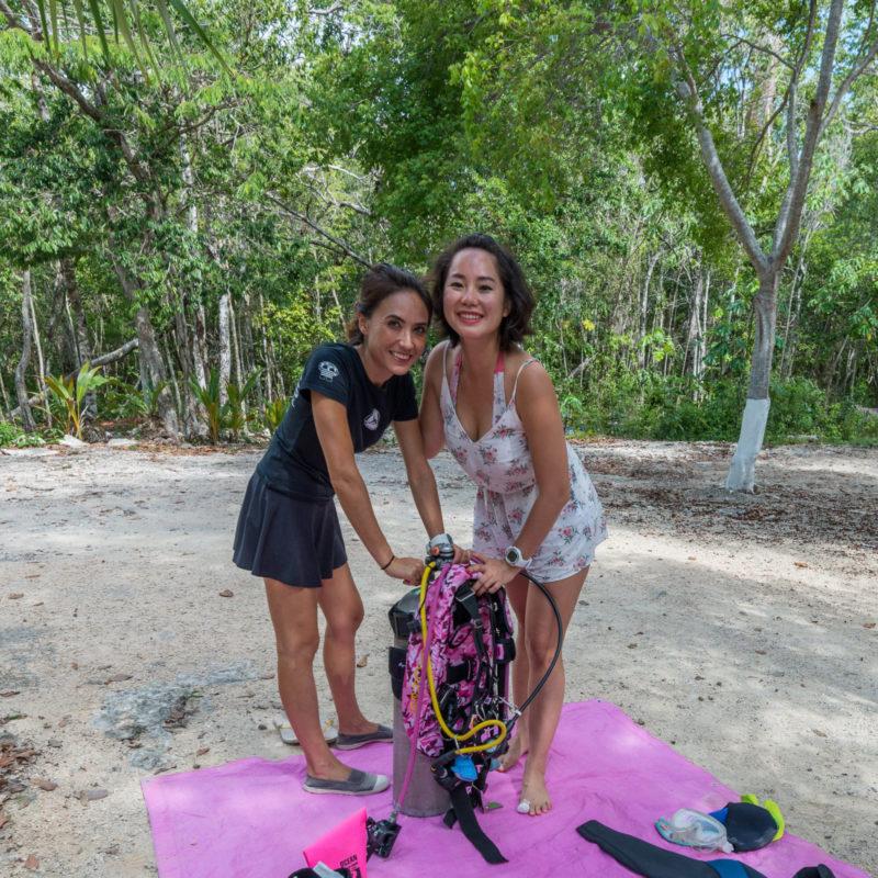 plongeuses préparant équipement de plongée en cenote pour explorer la caverne à playa del Carmen au Mexique